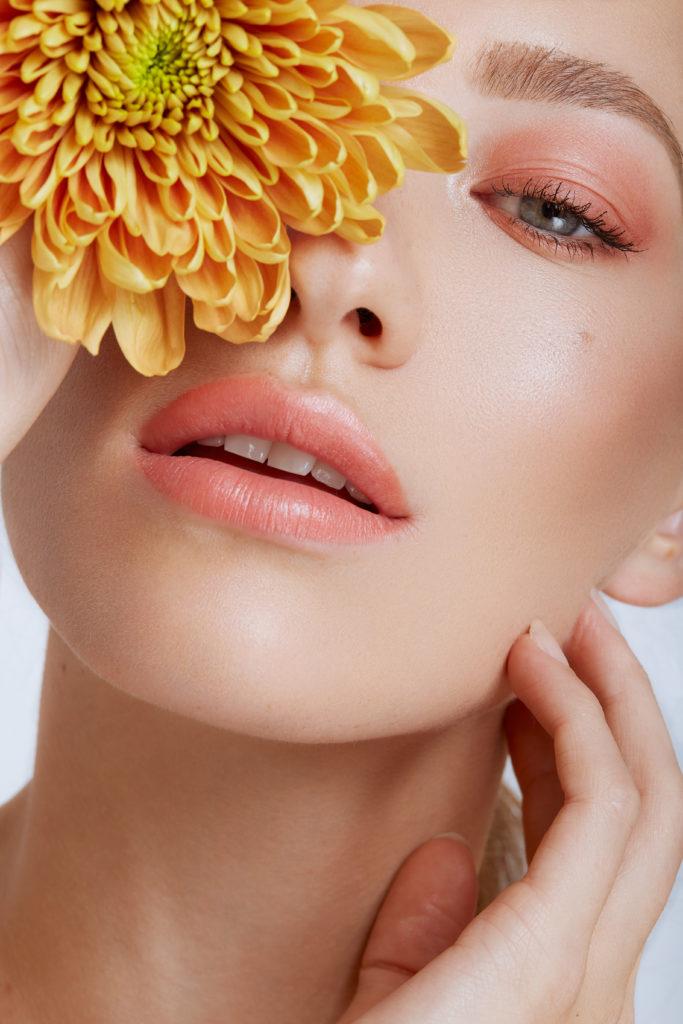 Beauty Shooting mit Model Sophie, rosa Makeup mit gelber Blume