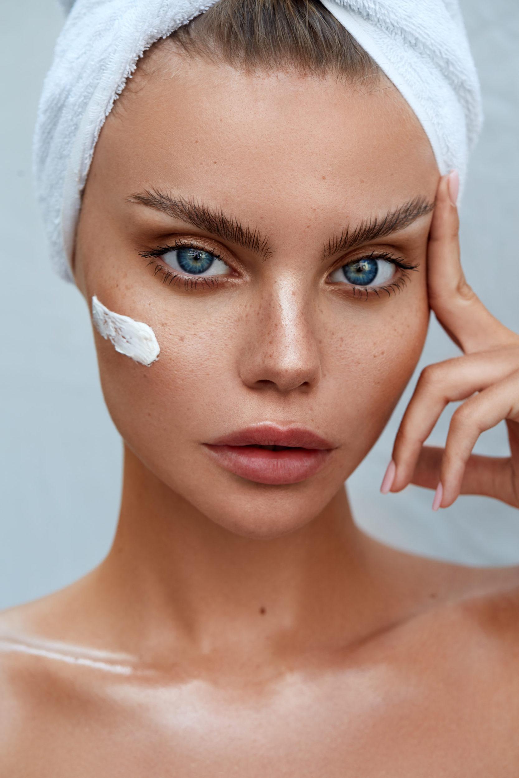 Model Aliona in natürlichem Licht mit Handtuch und Skincare