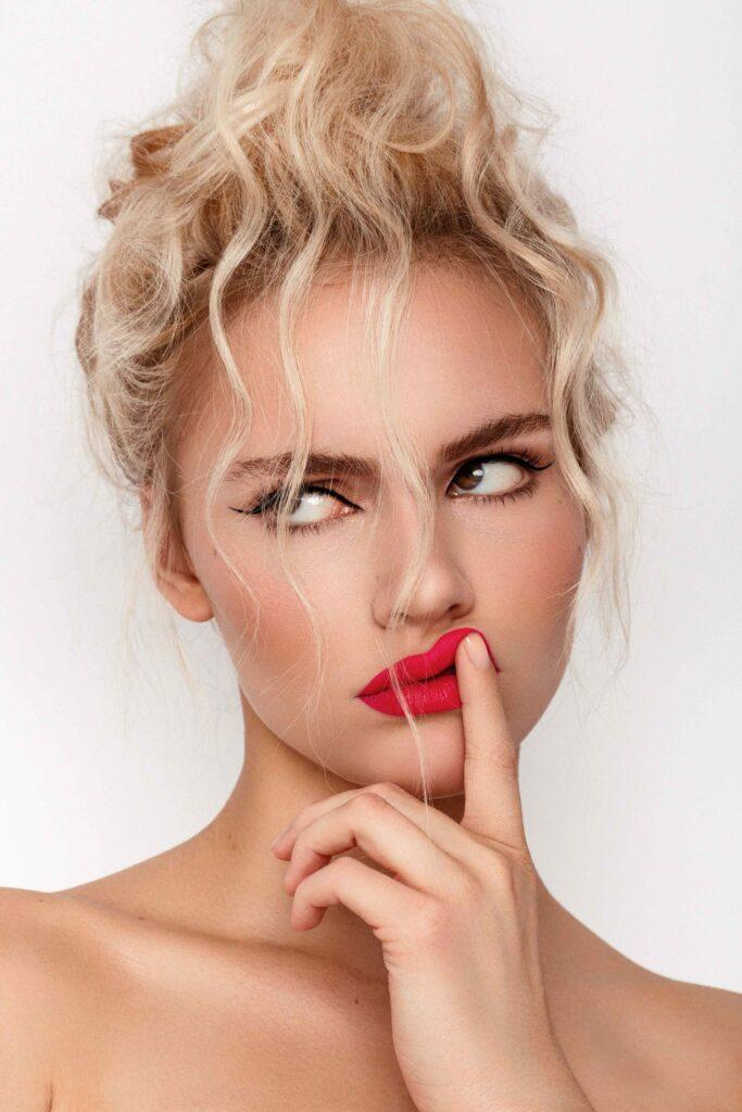 Model Amelie mit pinkem Lippenstift und fake mohawk